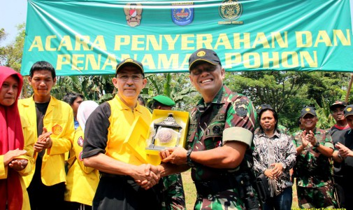 TNI AD Bersama Sivitas UI Bersihkan Sampah Aliran Sungai Ciliwung