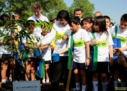 The Minister of Environment and Forestry Invites Elementary Students to Plant Trees at UI