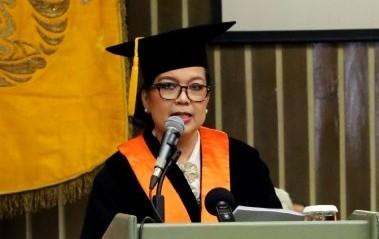 Rektor UI Kukuhkan Ami Yayuk Jadi Guru Besar